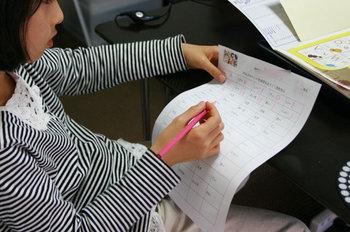 キッズクラス、Yちゃん小2、アルファベット手書き中
